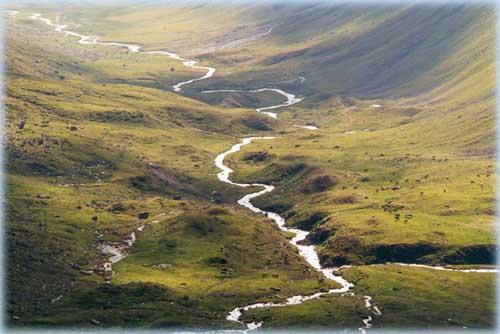 Een rivier slingert zich voort, de rivier van het leven. soms bruisend